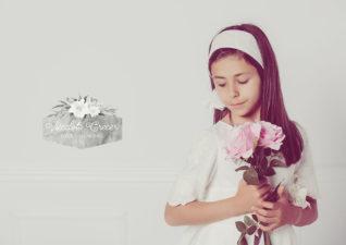 Las fotos bonitas de comunión de Sara con un ramo de flores en sus manos