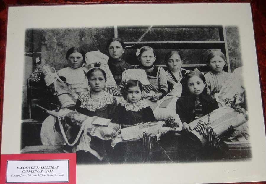 Imagen de niñas palilleiras de 1914 que fué la inspiración del cartel de la Mostra do Encaixe de Camariñas 2017