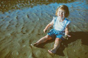 Sesión de fotos de familia en la playa de la Costa da Morte de Emma
